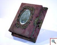 Álbum de fotografias com caixa de música (Museu da Música, Inv. n.º MM 621)